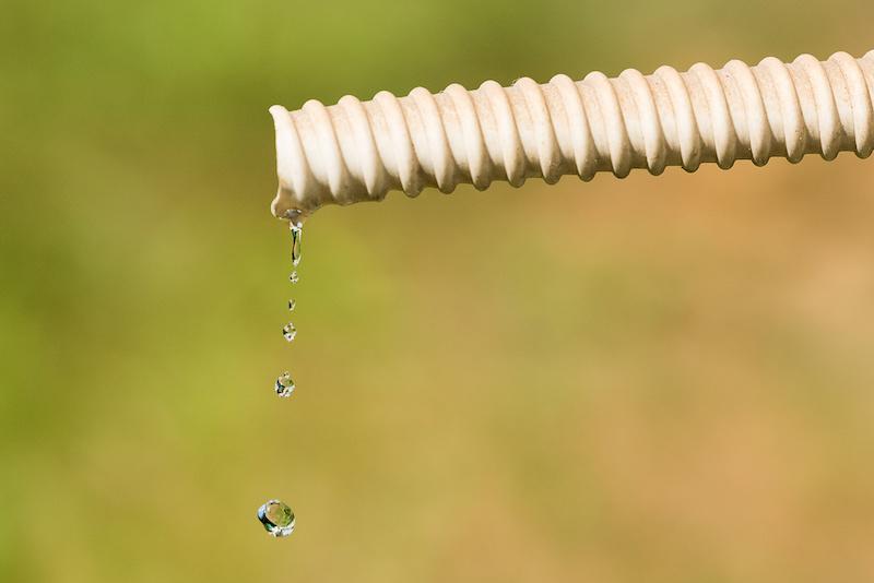 ホースから滴る水