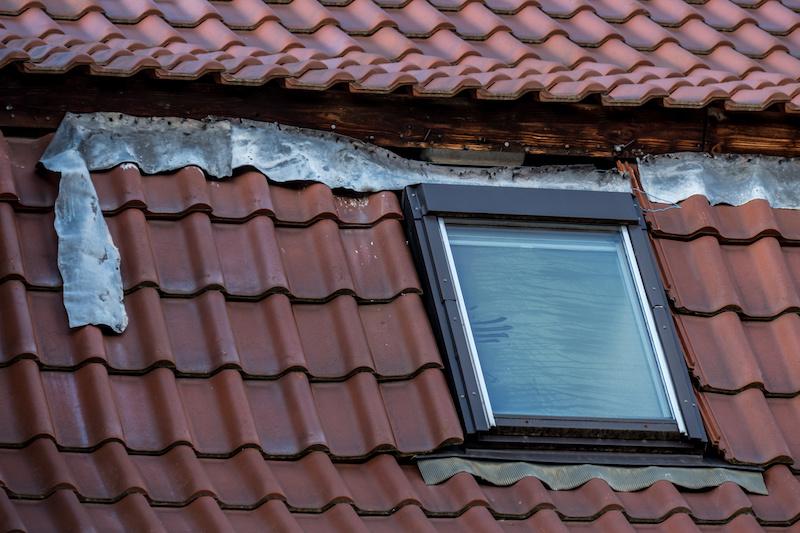 壊れた天窓付きの屋根