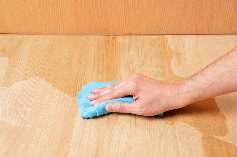 濡れた床を雑巾で拭く手