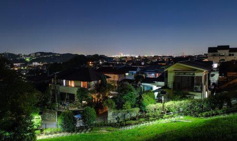 夜の住宅地と緑地