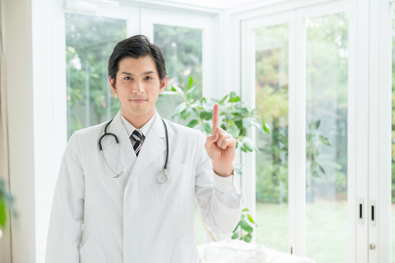 話をする男性医師