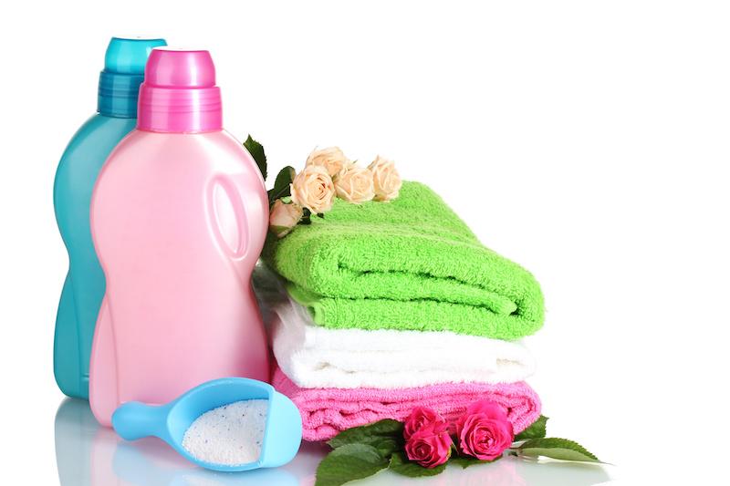 洗濯用洗剤とタオルと薔薇の花