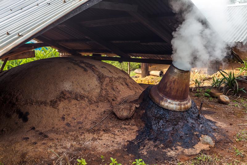 炭焼き窯と煙