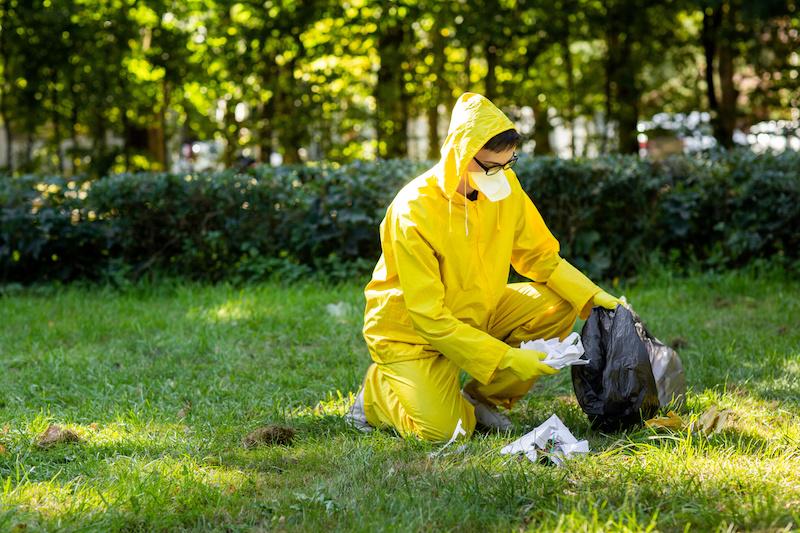 庭を掃除する男性