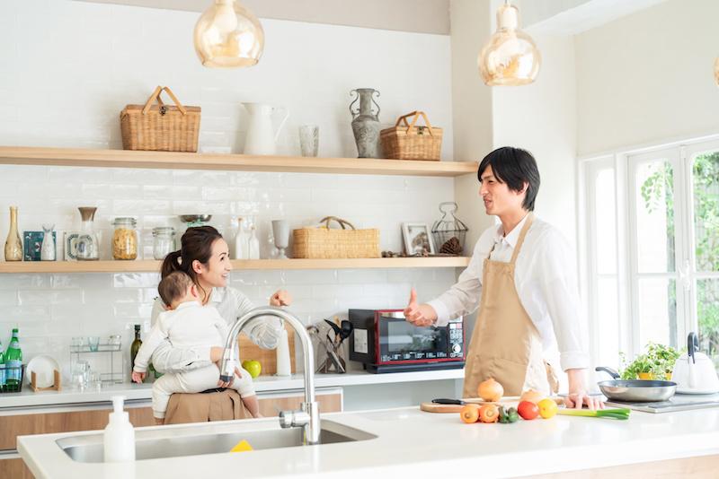家事と育児を分担する夫婦