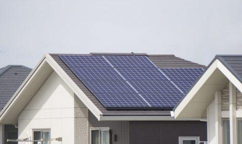 屋根に設置された太陽光パネル