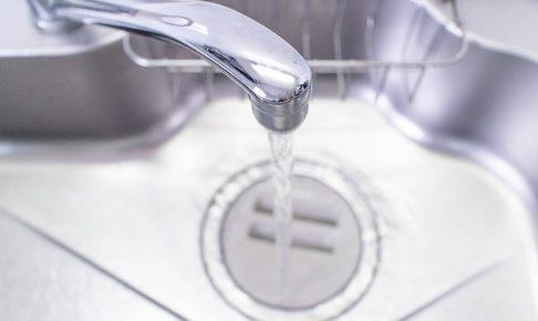 排水溝に流れる水